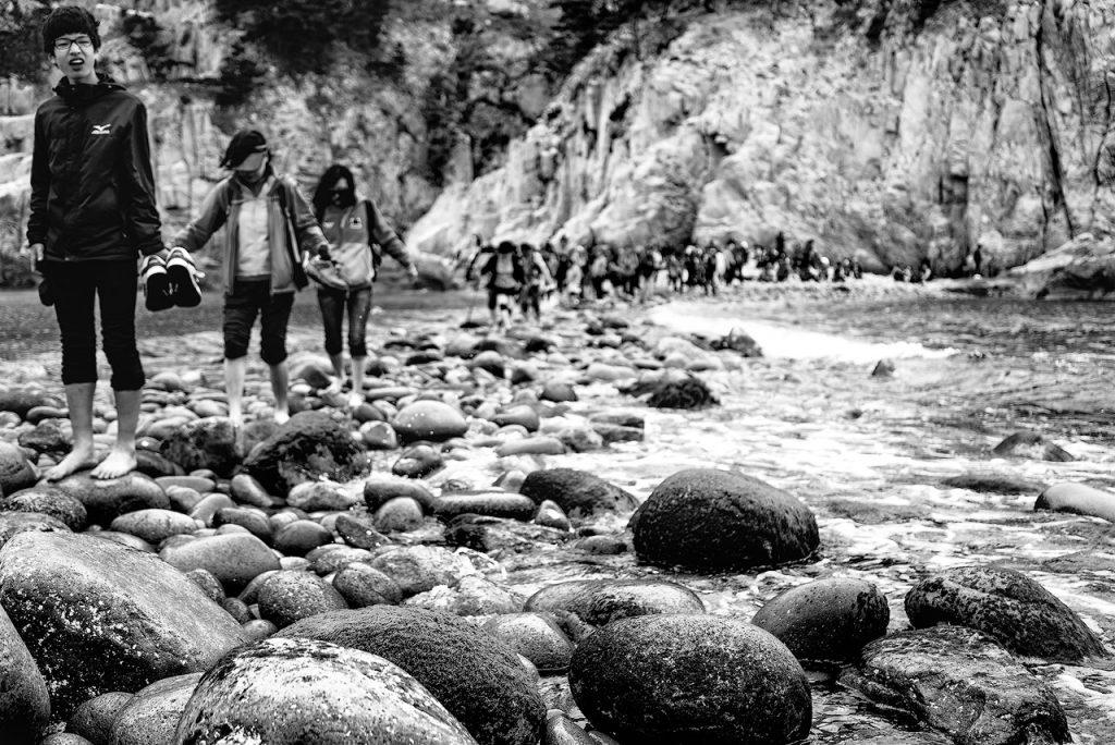 Hikers cross the land bridge on Somaemuldo